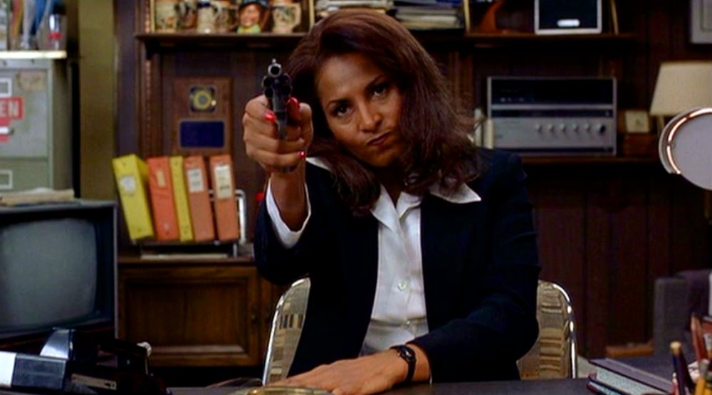 jackie-brown-1997-004-pam-grier-packing